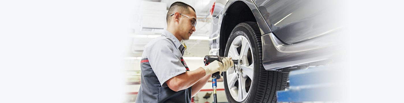 Service-Advantage-man-fixing-tire-1400