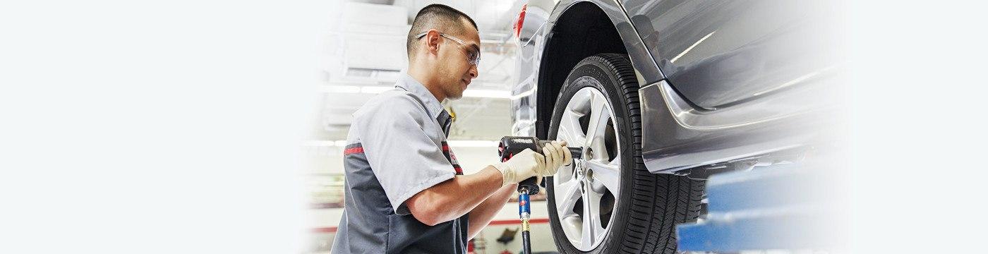 Service-Advantage-man-fixing-tire-1400